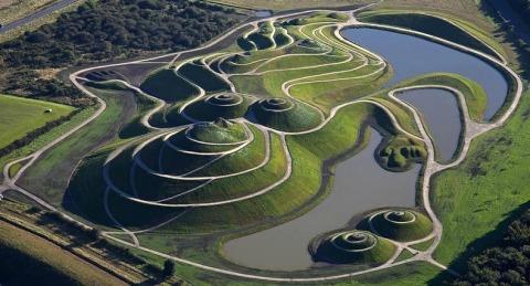 charles jencks 9%5B6%5D De a joaca cu natura. Sculpteaza in pamant si creeaza peisaje poze